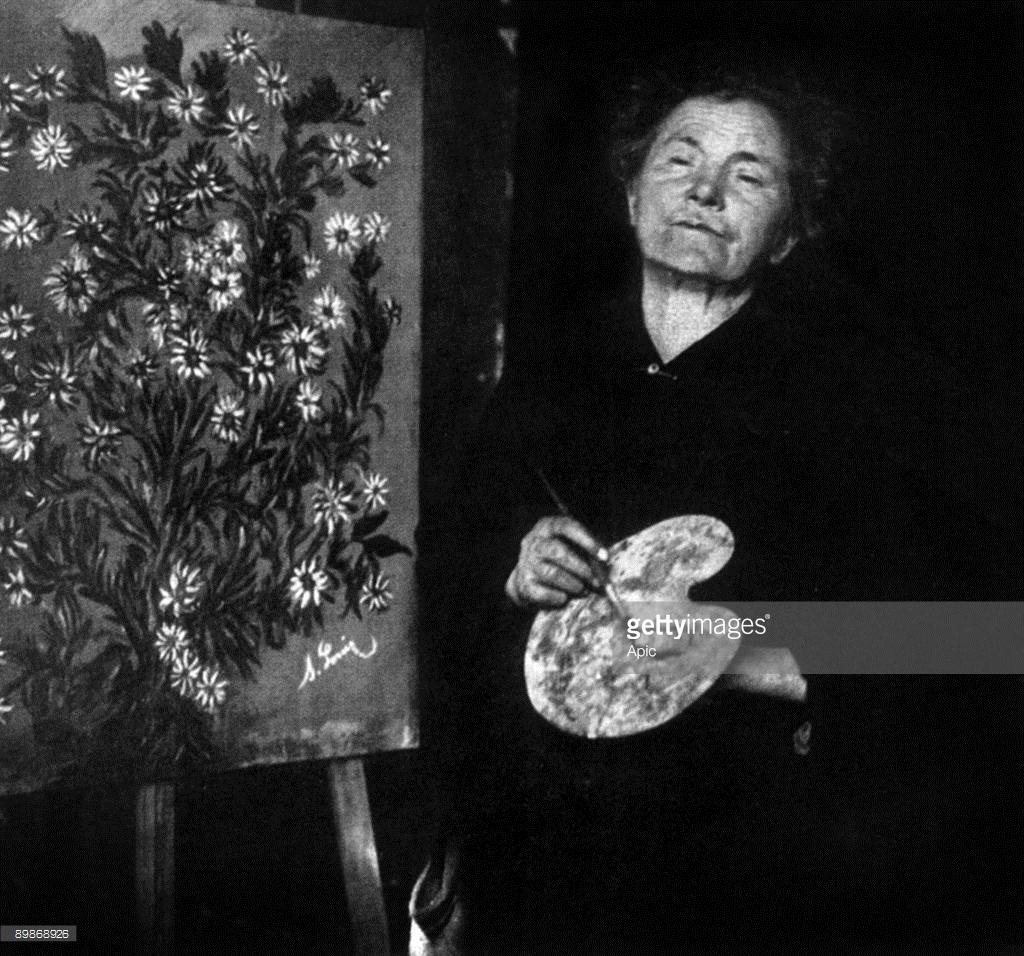 Seraphine Louis connue sous le nom de Seraphine de Senlis (1864-1942) peintre de Senlis, elle sombra dans la folie et fut internee de 1932 a sa mort, ici c. 1930 --- Seraphine Louis aka Seraphine de Senlis (1864-1942) french painter, she became mad and was committed from 1932 to her death, c. 1930